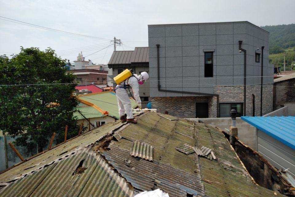 8 번째 사진  에  연면적127.34 ㎡ 경남 남해군 상주면 지붕슬레이트 석면철거 공사