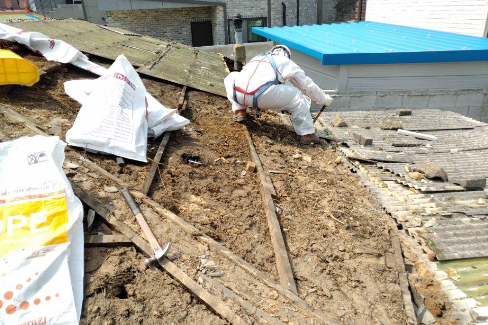 9 번째 사진  에  연면적127.34 ㎡ 경남 남해군 상주면 지붕슬레이트 석면철거 공사
