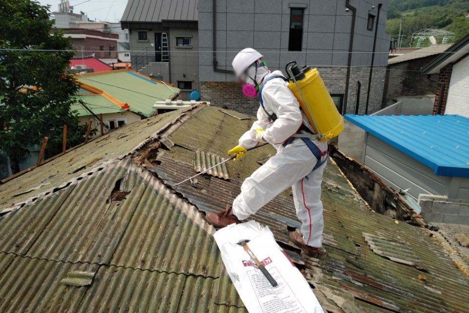 11 번째 사진  에  연면적127.34 ㎡ 경남 남해군 상주면 지붕슬레이트 석면철거 공사