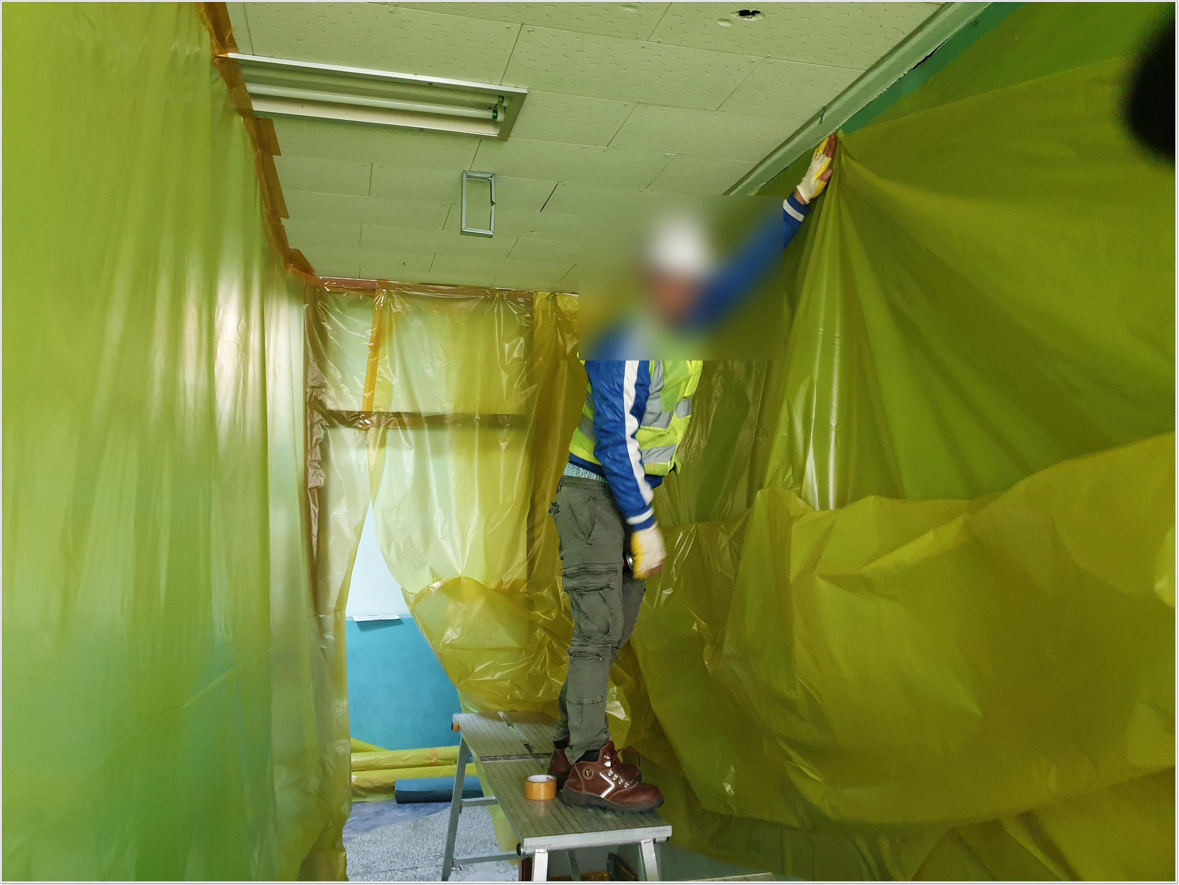 12 번째 사진  에  연면적 ㎡ 부산 중학교 석면해체 현장 (천장 텍스)