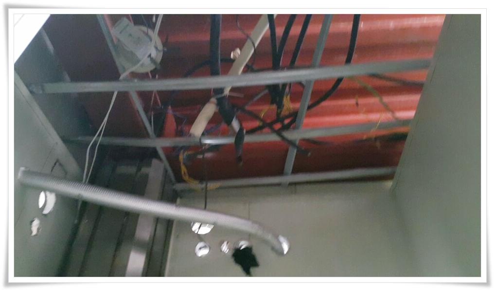 12 번째 사진  에  연면적 ㎡ 울진 현대자동차 대리점 천장 석면 텍스 철거 현장