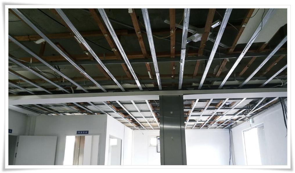 14 번째 사진  에  연면적 ㎡ 울진 현대자동차 대리점 천장 석면 텍스 철거 현장
